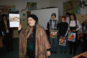 Dr E. Ţânţăreanu awards prizes to school children